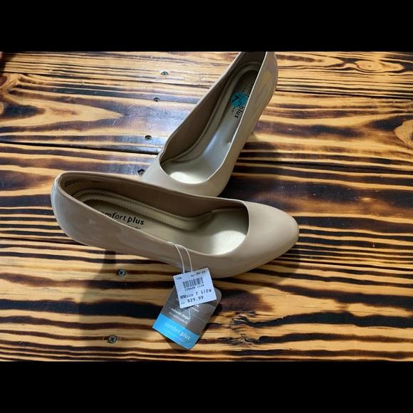Cream/Nude high heels size 7.5 NWT